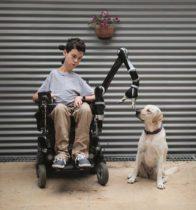 elektrischer Rollstuhl und Roboterarm