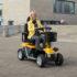 eine Frau in der Stadt unterwegs mit einem elektrischen Scooter von Mobilis in der Farbe Gelb